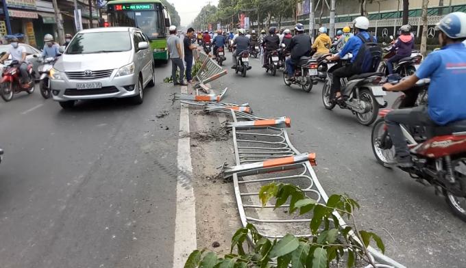 Hàng loạt dải phân cách đổ xuống đường sau khi bị xe bồn tông vào