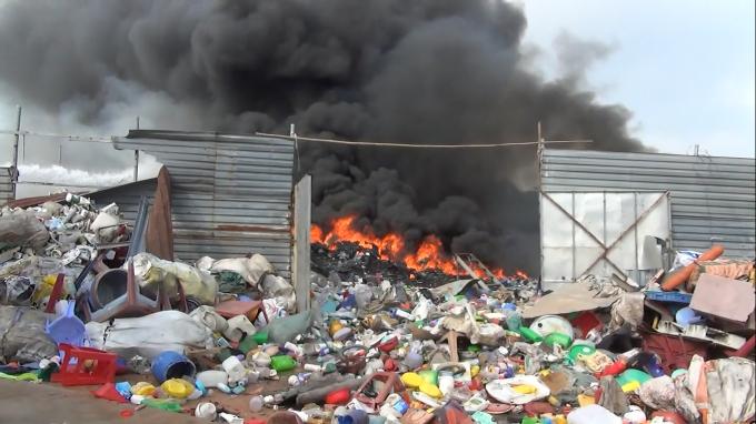 Do vựa ve chai chứa các đồ dễ cháy, nên công tác chữa cháy gặp nhiều khó khăn.