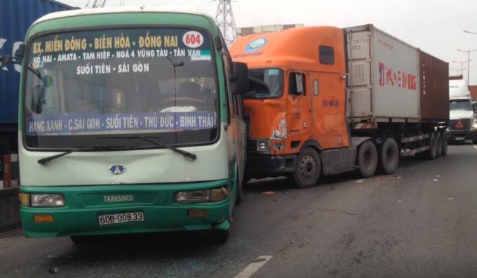 Xe container húc mạng vào xe buýt khiến nhiều hành khách hoảng loạn.