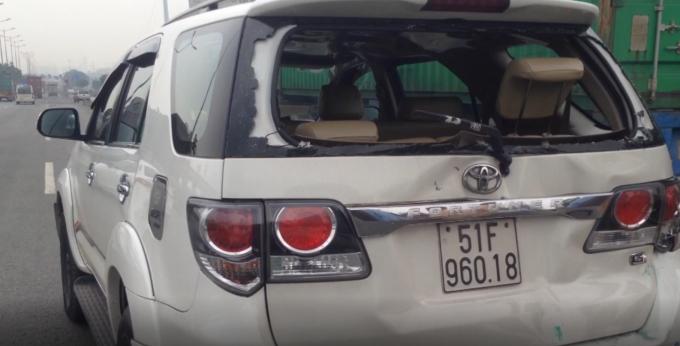Một chiếc xe ô tô bị hư hỏng nặng sau va chạm.