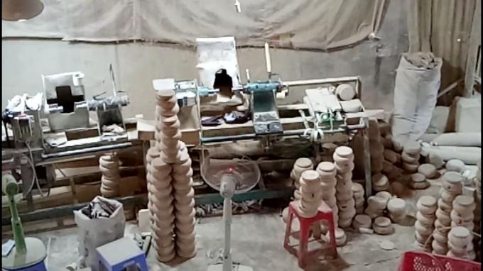 Xưởng gỗ được xây dựng sơ sài, tiếng ồn lớn phát ra từ máy móc đã ảnh hưởng nghiêm trọng đến đời sống người dân nơi đây