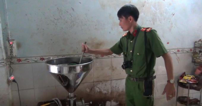 Lực lượng chức năng tiến hành kiểm tra cơ sở