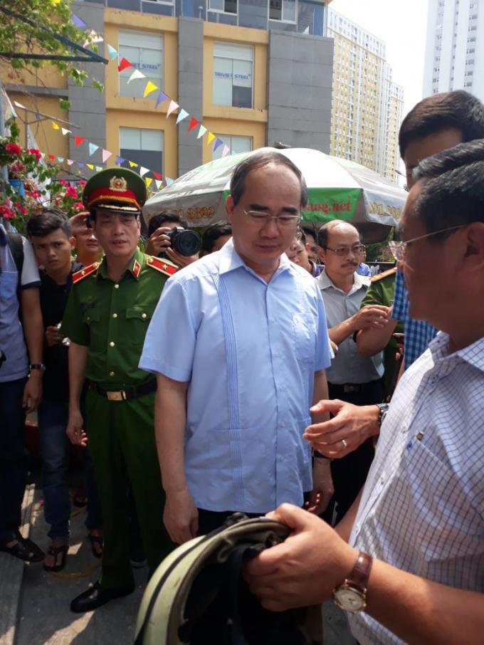 Bí thư Thành ủy Nguyễn Thiện Nhân kiểm tra trực tiếp tại hiện trường vụ cháy chung cư Carina Plaza.
