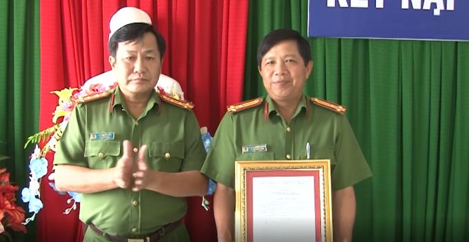 Lãnh đạo công an tỉnh Kiên Giang trao thư khen cho cán bộ, chiến sĩ có thành tích trong việc bắt giữ 2 đối tượng