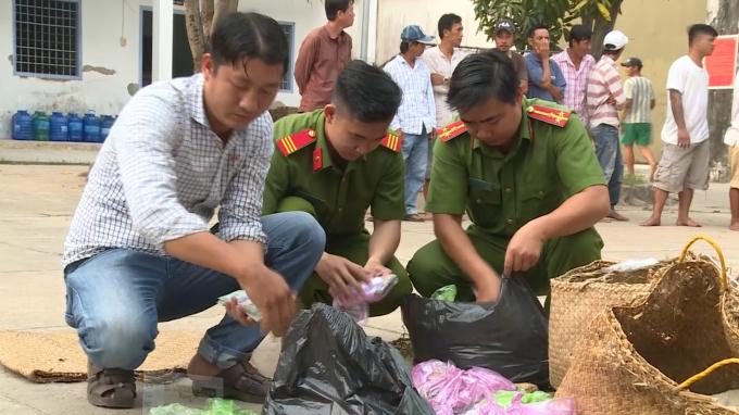 Lực lượng công an kiểm tra các tang vật thu giữ
