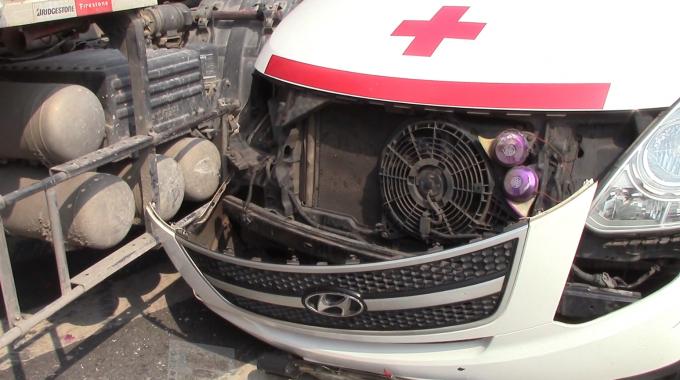 Xe cấp cứu bị hư hỏng nặng phần đầu