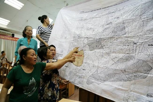 Người dân Thủ Thiêm trình bày những kiến nghị bức xúc xoay quanh việc thu hồi đất, tái định cư tại KĐTM Thủ Thiêm tại cuộc tiếp xúc cử tri chiều 9/5 của tổ ĐBQH TPHCM  Ảnh: Plo.vn
