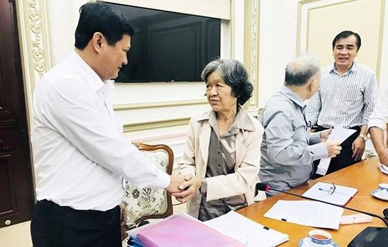Phó chủ tịch UBND TP HCM Huỳnh Cách Mạng trong một buổi tiếp công dân  (Ảnh: Kiều Phong SGGP)