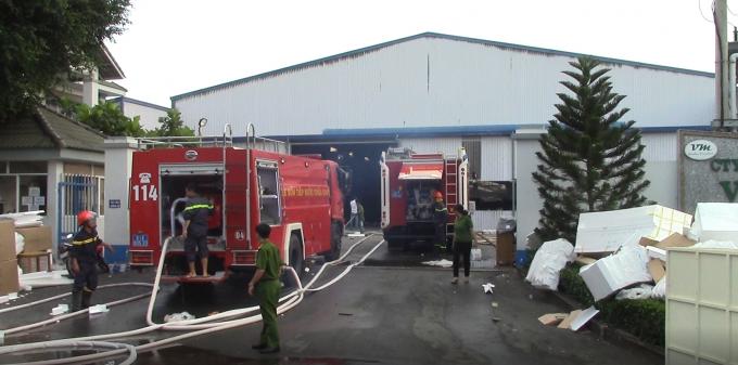 Nhiều xe chữa cháy chuyên dụng và hàng chục cán bộ chiến sĩ được huy động