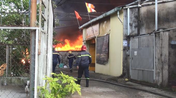 Các chiến sĩ nỗ lực khống chế không cho đám cháy lan sang ngôi chùa bên cạnh