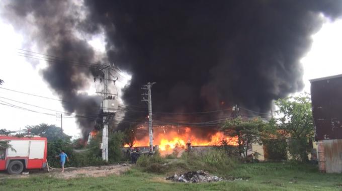 Cột khói cao hàng chục mét kèm theo đó là lửa bốc cháy dữ dội