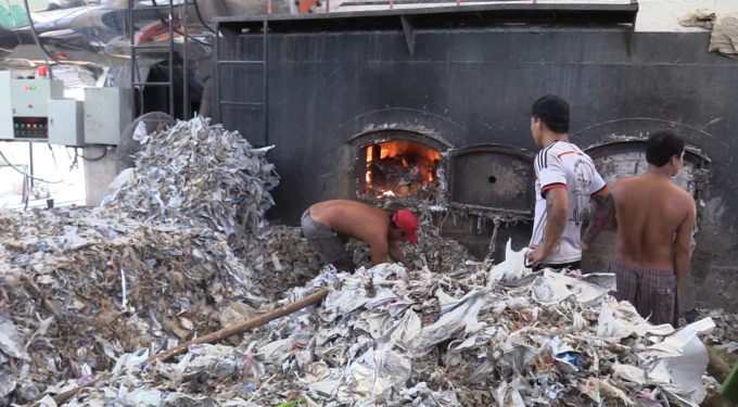 Công nhân dùng rác thải để đốt lò sấy gây ô nhiễm môi trường (Ảnh: Hà Bắc)