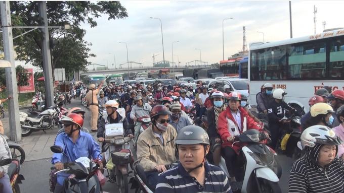 Lực lượng chức năng phân luồng giao thông trước và trong bến xe (Ảnh: Hà Bắc)