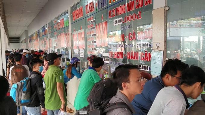 Quầy bán vé đi các tỉnh miền Tây luôn trong tình trạng chật kín người (Ảnh: Hà Bắc)