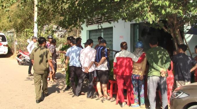 Lực lượng công an lấy lời khai nhân chứng tại khu vực nhà trọ, nơi xảy ra sự việc (Ảnh: Hà Bắc)