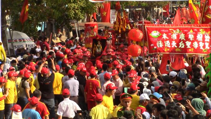Hàng ngàn người đã tham dự vào sự kiện rước kiệu Bà (Ảnh: Hà Bắc)