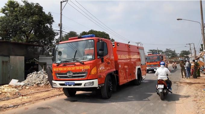 Nhiều xe chữa cháy được huy động tới (Ảnh: Hà Bắc)