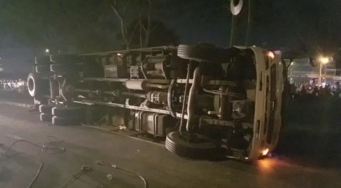 Chiếc xe tải lật ngang giữa đường (Ảnh: Nguyễn Hảo)