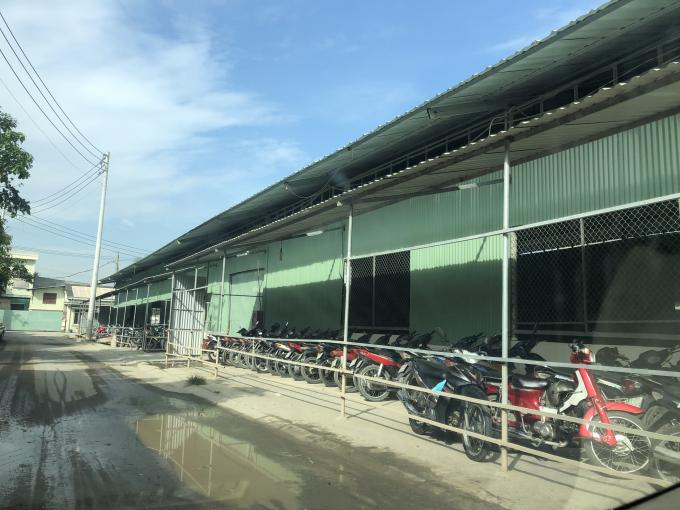 Nhà xưởng cùng loạt công trình phụ trợ mọc lên trên đất nông nghiệp (Ảnh: Anh Tuấn)