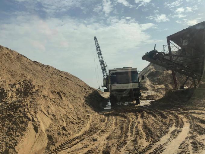 Xe vận chuyển vật liệu vẫn tấp nập ra vào.Trong thông báo kết quả giải quyết tố cáo của UBND quận 9, thì bà Nguyễn Thị Nga đã cho Công ty TNHH Xây dựng - Thương mại Đại Gia Huy và Công ty TNHH Thương mại - Xây dựng Hiệp Đại Phát thuê làm bãi trung chuyển cát, đá xây dựng.