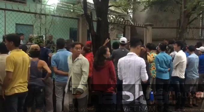 Rất đông người dân tụ tập tại khu nhà trọ nơi xảy ra sự việc