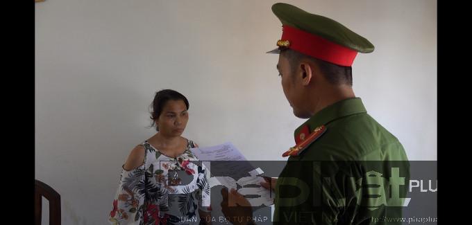 Cơ quan CSĐT thi hành quyết định tạm giữ đối tượng Đoàn Thị Dung