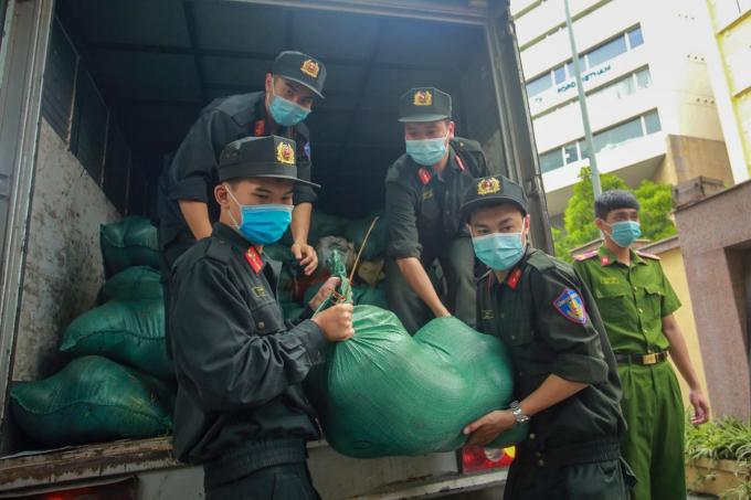 13 tấn dưa hấu được các chiến sỹ công an đưa xuống điểm bán.