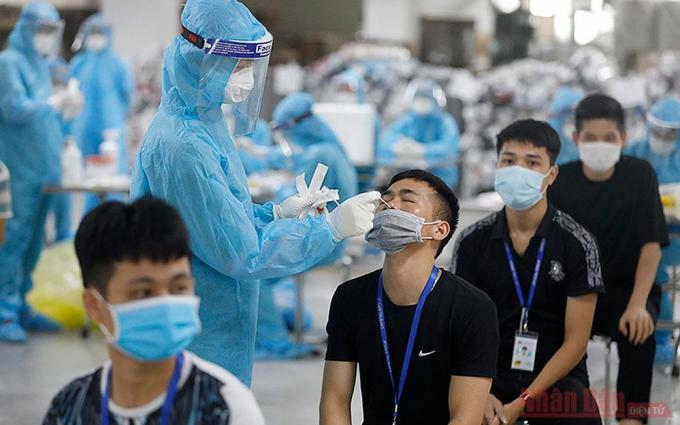 Lấy mẫu xét nghiệm cho công nhân khu công nghiệp Quang Châu (Bắc Giang). Ảnh: Duy Linh