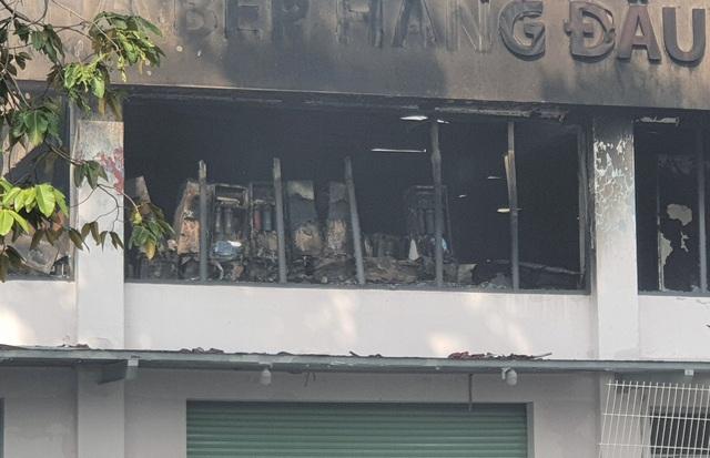 9h ngày 27/8, 4 xe chữa cháy vẫn túc trực tại Công ty Cổ phần Ngôi nhà Ánh Dương Miền Nam (Sunhouse Miền Nam) nằm trong khu công nghiệp Tân Tạo (phường Tân Tạo A, quận Bình Tân, TPHCM) để phòng ngừa lửa bùng phát trở lại
