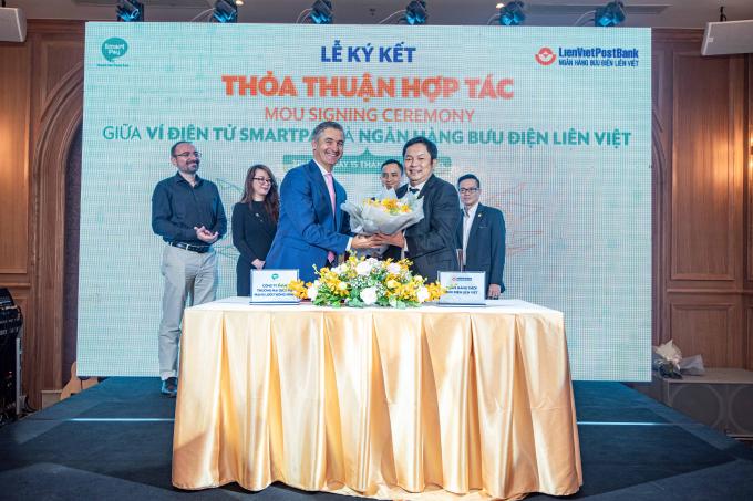 Chu tich SmartPay tang hoa cho Chu tich Lien Viet Post Bank