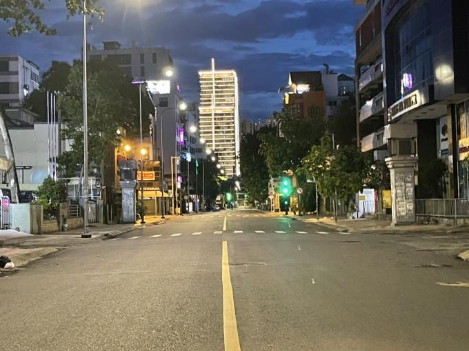 Tối ngày 27/7, đường phố vắng lặng dù đèn tín hiệu giao thông đã chuyển xanh, người dân TP đang đồng lòng thực hiện nghiêm theo chỉ thị 12 và công văn 2490 của Thành ủy TP HCM về tăng cường các biện pháp giảm mật độ lưu thông trên đường theo tinh thần chỉ thị 16 của Thủ tướng.