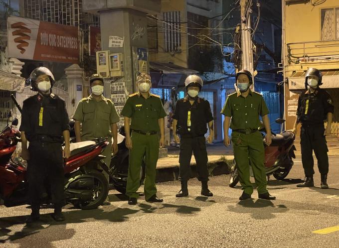 Từ 18h ngày 26/7, nhiều lực lượng chức năng như: công an, quân đội... ở TP HCM tăng cường tuần tra, kiểm soát, lập chốt xử lý những người không nằm trong trường hợp ra đường sau 18h.