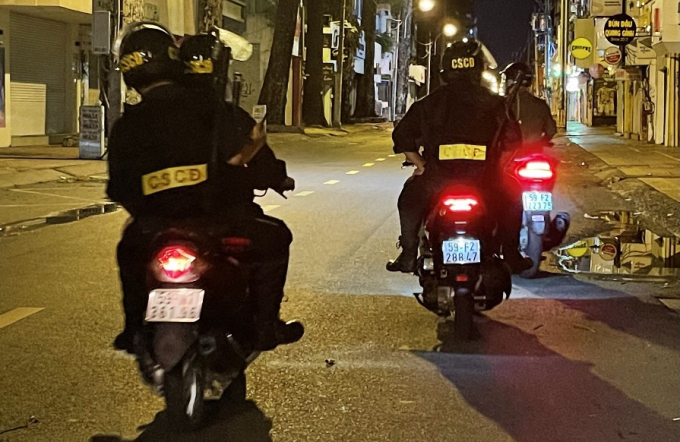 Lực lượng chức năng TP và các quận, huyện tổ chức tuần tra, kiểm soát 24/24 các tuyến đường về việc chấp hành quy định tại khu dân cư, trên đường phố và xử lý thật nghiêm các trường hợp vi phạm, tạm giữ hành chính trong trường hợp chống đối người thi hành công vụ.