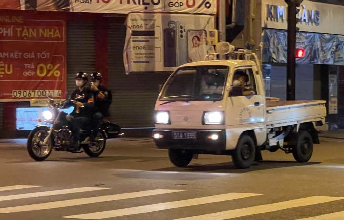 Vừa tuần tra, cơ quan chức năng vừa tuyên truyền, kêu gọi người dân chung tay phòng chống dịch bằng loa di động gắn trên xe.