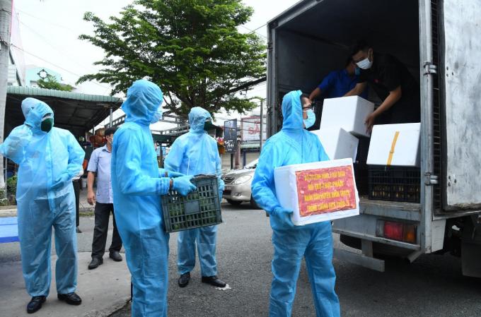 Chiến sỹ Vùng 2 chuyển thực phẩm đến các khu dân cư của khu vực phong tỏa xã Long Thọ, huyện Nhơn Trạch.