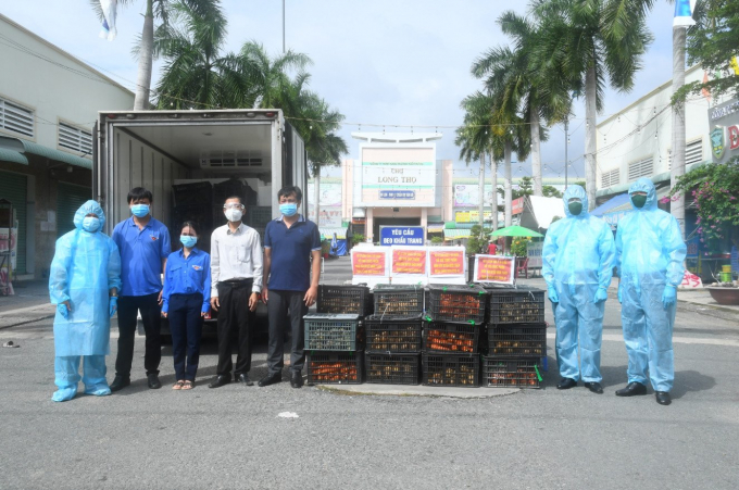Đại diện Vùng 2 Hải quân và Đại diện UBMTTQ huyện Nhơn Trạch tại buổi trao tặng thực phẩm hỗ trợ nhân dân khu vực phong tỏa tại xã Long Thọ, huyện Nhơn Trạch.