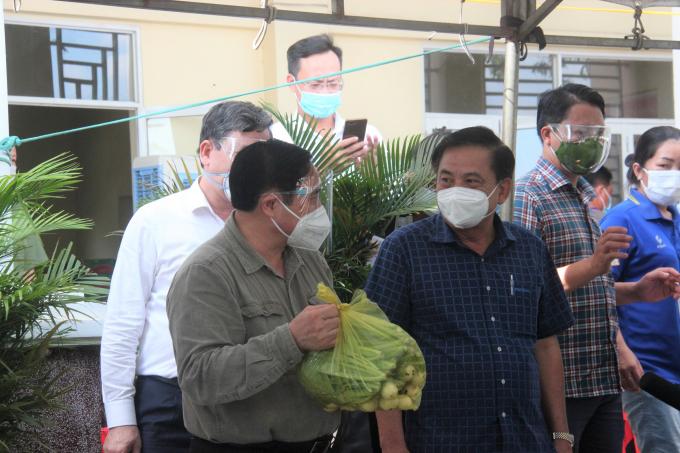 Thủ tướng Phạm Minh Chính kiểm tra phần thực phẩm chuẩn bị trao cho người dân.H2: Thủ tướng Phạm Minh Chính thăm Trung tâm y tế xã Thạnh Phú.