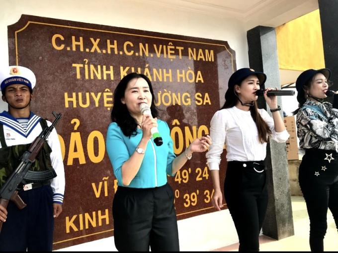 Một số hình ảnh ca sĩ An Lê biểu diễn phục vụ chiến sĩ và nhân dân