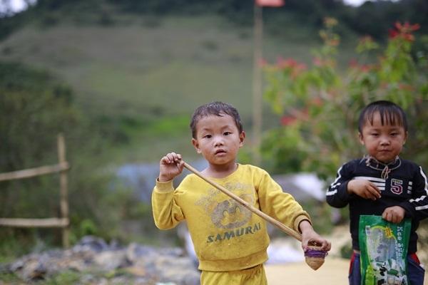 Những đứa trẻ trong trang phục nhếch nhác xuống đường xin kẹo, xin tiền (Ảnh: ST)