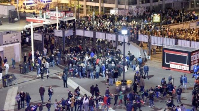 Những người hâm mộ bóng đá ở sân vận động Stade de France hoảng loạn (ảnh Internet)