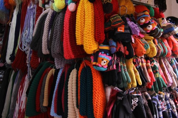Tại phố Đinh Liệt, các sản phẩm len phong phú và có màu sắc bắt mắt.