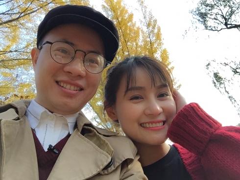 MC Lê Anh cười rạng rỡ bên một người bạn (ẢNH INTERNET)