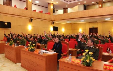 Các đại biểu biểu quyết nhất trí giới thiệu 4 người ra ứng cử ĐBQH. Ảnh: VTC