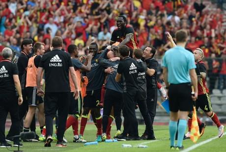 Tập thể tuyển Bỉ lao ra ăn mừng bàn thắng ấn định tỷ số của Ciman.Ảnh: Getty.