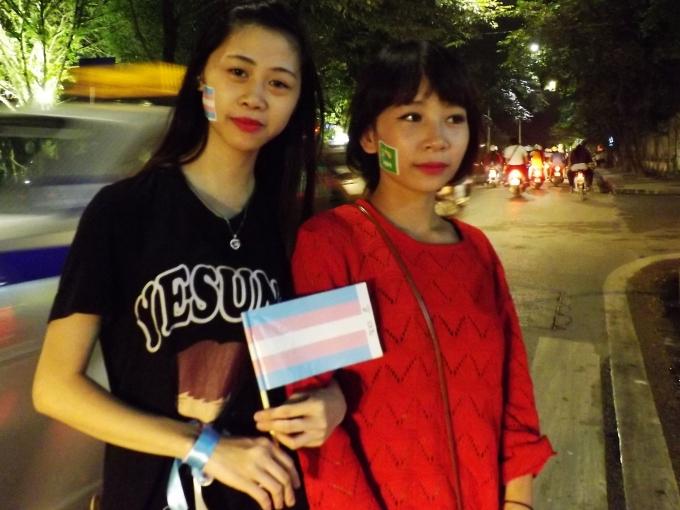 Hai cô gái cùng tham gia đi bộ cùng những người chuyển giới trên khu Phố cổ (Ảnh: Đức Biên)