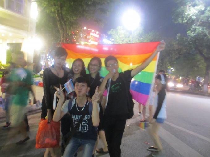 Cộng đồng người chuyển giới đi bộ quanh phố cổ