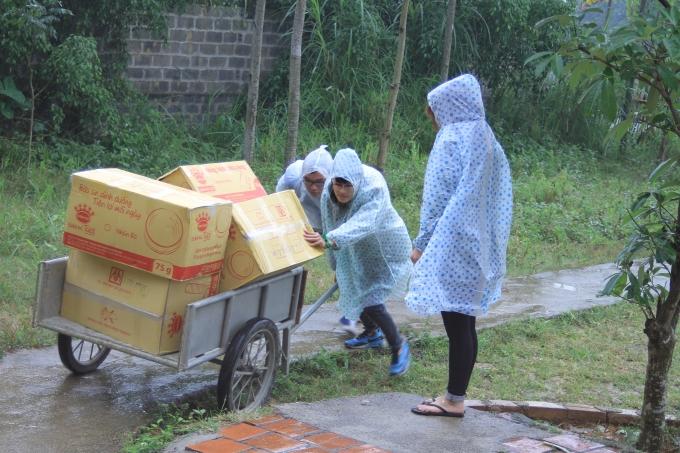 Mặc dù trời mưa nhưng các bạn sinh viên vẫn hăng say và đầy nhiệt huyết mang mùa đông đến các cho em nhỏ và bà con dân tộc bản Dao.