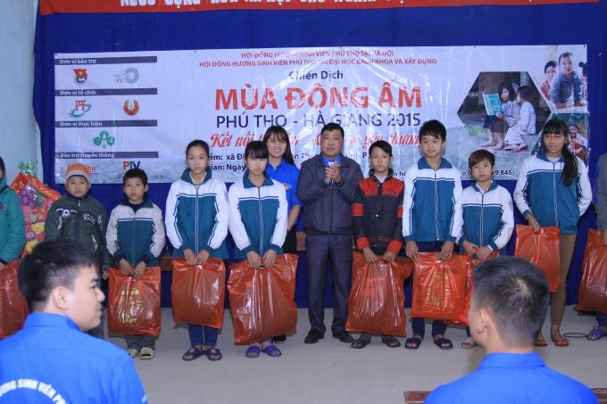 Đơn vị tình nguyện trường Đại học Bách Khoa và ĐH Xây Dựng Hà Nội tặng quà các em nhỏ người bản Dao xã Địch Quả huyện Thanh Sơn tỉnh Phú Thọ ngày 26 - 27/12/2015.