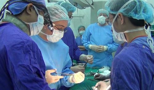 Các bác sĩ BV Việt Đức đang tiến hành ca mổ thay thế đốt sống nhân tạo. Ảnh: Bệnh viện cung cấp.