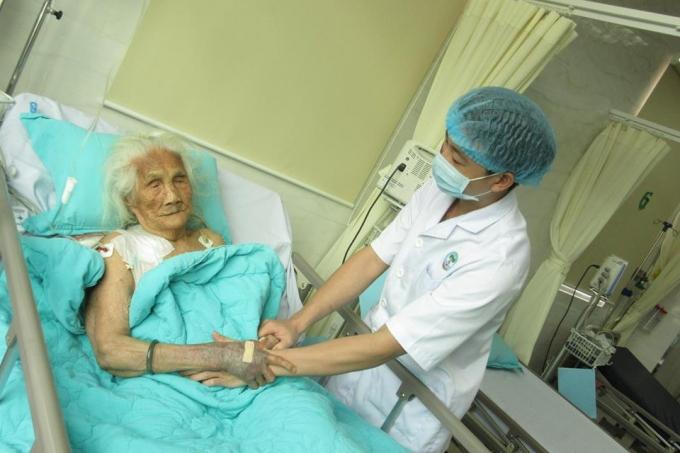 Bệnh nhân 102 tuổi đã dẫn hồi phục sức khỏe sau phẫu thuật (Ảnh:BV cung cấp).
